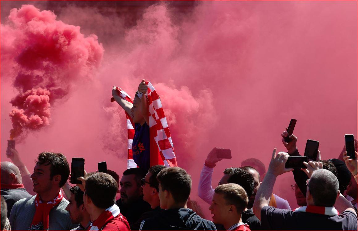 Kjo është atmosfera jashtë Anfield e krijuar nga tifozët e Liverpool